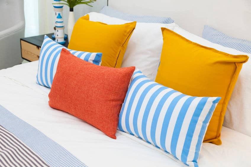 poduszki, białoniebieskie, oraz żółta i brązowa ochra